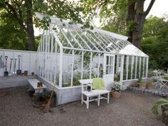 Som ett uterum. Tidlöst växthus i trä med stilsäkert sadeltak från Swedengreenhouse.se, pris vid förfrågan. Passar utmärkt för sig som vill använda växthuset för mer än odling. Finns i olika storlekar.