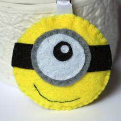 Porte-clé minion jaune en feutrine avec un oeil
