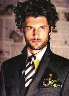 If you have natural curls, then it is time to look at these curly hair styles men and see which of them would suit your hair best. Mode Masculine, Masculine Style, Sharp Dressed Man, Well Dressed Men, Dandy, Winter Typ, Suit And Tie, Looks Cool, Stylish Men