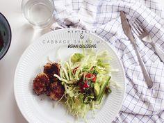 1-asiatisk-salat-med-kyllingekødboller-i-teriyaki-sovs-og-sort-sesam-kål