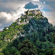 Kärntens TOP-10 Ausflugsziele. Die Burg Hochosterwitz - eine der schönsten Sehenswürdigkeiten in Österreich! Täglich ab 10 Uhr geöffnet! Umfangreiches Kulturprogramm mit Konzerten, Bilderausstellungen und Festen lädt Besucher ein, die Burg in ihrer Vielfältigkeit zu entdecken. Burgrestaurant mit heimischer Kärntner Küche. 😍😍 . . . #kärnten #hochosterwitz #hochosterwitzcastle #burg #castle #castles #urlaub #ausflugsziele #carinthia #architecture #burgen #amazingplaces #austria Carinthia, County Clare, Cliffs Of Moher, Stretched Canvas Prints, Travel Inspiration, It Cast, Forts, Explore, Mansions