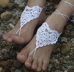 The strappy crochet barefoot sandals look sexy on your feet when you are out on the beach. Crochet Sandals, Crochet Slippers, Barefoot Sandals Pattern, Beach Wedding Sandals, Summer Sandals, Beach Sandals, Beach Foot Jewelry, Ankle Jewelry, Crochet Wedding