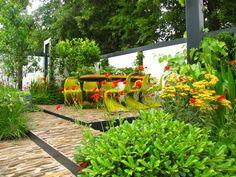 gartenideen garten gestalten steinplatten treppe grünpflanzen esstisch freischwinger plastikstühle