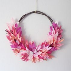 I think I hate pink, but can't stop looking at it. Wild pinky leaf! Creo que odio el rosa, pero no puedo parar de mirarla. #crepepaper #crepepaperflowers #paperflowers #floral #floralwreath #pink #leaves #homedecor #floral #floresdepapel #papelcrepe #rosa