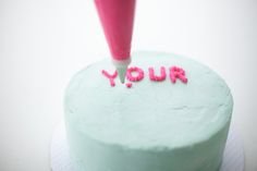 Really great hack on how to write neatly on a cake.