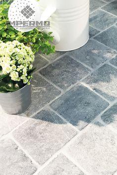 Natuursteen tegel op een terras, Vietnamese blauwe steen | Natural stone terrace tile, Vietnamese bluestone, #natuursteen #blauwesteen #terras #naturalstone #bluestone #terrace