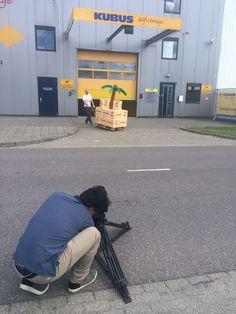 Een mooi plaatje van de cameraman in actie voor het pand met opslagruimtes