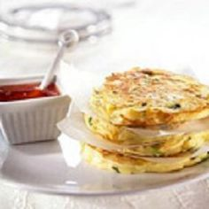 Fluffy corn fritters served with sweet chilli sauce. Vegetable Dishes, Vegetable Recipes, Vegetarian Recipes, Snack Recipes, Healthy Recipes, Snacks, Ricotta Fritters, Corn Fritters, Sweet Chilli Sauce