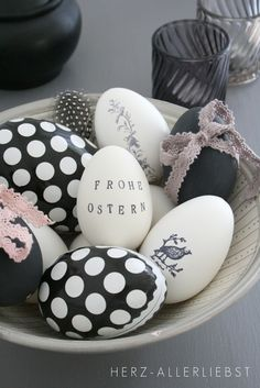 Easter holiday crafts ideas black and white eggs beautiful design egg decoration Hoppy Easter, Easter Bunny, Easter Eggs, Easter Crafts, Holiday Crafts, Easter Decor, Easter Ideas, Diy Ostern, Egg Art