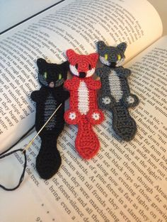 Make one special photo charms for your pets, compatible with your Pandora bracelets. Crochet a cute little bookmark buddy to keep you company while you read! You can make your wolf in any color you want, or use orange and white to Marque-pages Au Crochet, Crochet Mignon, Crochet Amigurumi, Crochet Books, Crochet Gifts, Cute Crochet, Single Crochet, Crochet Stitches, Knitting Patterns