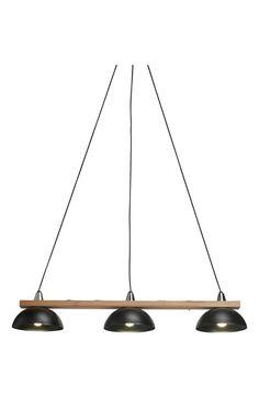 Svensktillverkad taklampa med 3 lackerade plåtkupor på en stomme av oljad ek. Det finns äve... ✔Trygg leverans ✔Säker betalning ✔14 dagars ångerrätt