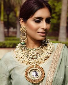 Jewelry OFF! 25 Most Dazzling Chand baali Earring Designs you Cant Miss Saving! Indian Jewelry Earrings, Indian Jewelry Sets, Indian Wedding Jewelry, Small Earrings, Bridal Earrings, Bridal Jewelry, Silver Jewelry, Antique Jewelry, Indian Weddings