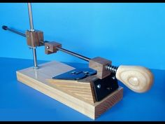 This is my homemade guided knife sharpener. Knife Grinder, Knife Throwing, Knife Making Tools, How To Sharpen Scissors, Beil, Blade Sharpening, 3d Cnc, Diy Shops, Wood Tools