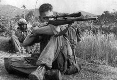 Vietnam war - Carlos Hathcock was a United States Marine Corps Gunnery Sergeant sniper with a service record of 93 confirmed kills. Photo Vietnam, Vietnam War Photos, Armas Airsoft, American Soldiers, Special Forces, Marine Corps, Marine Mom, Military History, Vietnam Veterans
