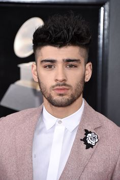 And not only did Zayn look hot AF in his pink suit, he also had a white rose embroidered on it to show support for the and Time's Up movement. Frame a picture of Zayn in pink and put it in the Louvre tbh. Zayn Malik News, Zayn Malik Style, Zayn Mallik, Zayn Malik Photos, Zayn News, Niall Horan, Zayn Malik Blonde, Cabello Zayn Malik, Zayn Malik Wallpaper