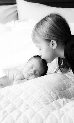 Um beijinho antes de dormir garante um sono mais tranquilo, principalmente quando vem recheado de carinho da irmã mais velha. A foto eternizando o momento também pode entrar no álbum do segundo filho