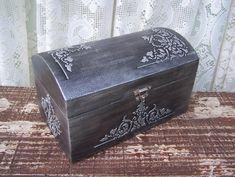Baú Prateado com Relevo Old Trunks, Decoupage Box, Cigar Boxes, Jewellery Boxes, Tray Decor, Trinket Boxes, Painting On Wood, Chalk Paint, Vintage Designs