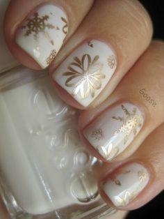 Quem quer algo mais refinado, mas sem fugir do tema, pode optar por desenhos de flores e usar cores como o creme e o dourado - Christmas nails