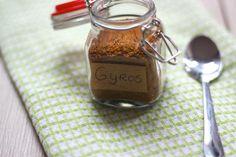 Wil je weten hoe je zelf een gyros kruidenmix maakt? Lees dan snel verder! Je hebt er wel veel kruiden en specerijen voor nodig maar het is het waard!