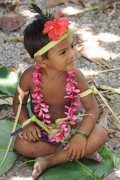 ˚Federated States of Micronesia - Yap State - Fais outer island - Men`s sitting dance - young boy practicing