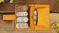 小銭入れを開けたはいいが、なかなかお目当てのコインが見つからないーーなんて経験は誰にでもあるはず。これは、そんなちょっとした不便さを解消してくれるアイテム。名刺サイズでコンパクトでありながら、お札やカードを入れる収納も。便利な小銭入れとも言えますが、財布としても機能性は抜群です。真鍮の金具でコインを固定する仕組みで、カンタンにはこぼれないうえ、取り出しもカンタン。キップレザーの見た目もカジュアルで Cigar Travel Case, Cross Body Handbags, Leather Wallet, Purses, Wallets, Instruments, Inspiration, Shoes, Men's