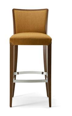 Sgabello elegante con struttura in legno massello di faggio, pensato per arredare i lounge bar. #stool #design #furniture #hotelfurniture #outdoordesign #contractfurniture