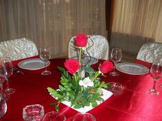 BODA PAOLA Y DANTE 022 Centro de mesa con rosas rojas o blancas.