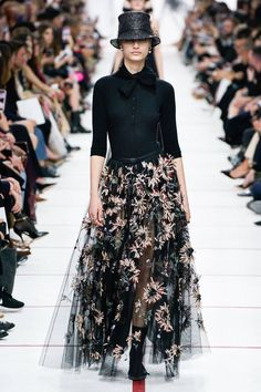 The complete Christian Dior Fall 2019 Ready-to-Wear fashion show now on Vogue Runway.Christian Dior Fall 2019 Ready-to-Wear Collection - Vogue Fashion 2020, Look Fashion, Runway Fashion, High Fashion, Fashion Show, Autumn Fashion, Fashion Outfits, Womens Fashion, Fashion Design