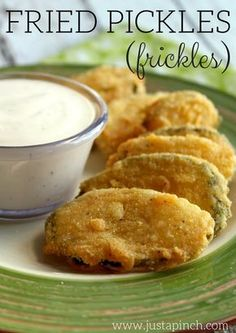 Homemade fried pickl Homemade fried pickles are ready in just 20 minutes and 3 easy steps! Fried Dill Pickles, Fried Pickles Recipe, Best Appetizers, Appetizer Recipes, Dinner Recipes, Fried Pickle Chips, Homemade Pickles, Finger Foods, Fries