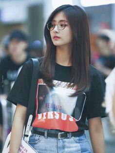Queen of slay tzuyu Korean Airport Fashion, Korean Fashion, Asian Woman, Asian Girl, K Pop, Twice Tzuyu, Divas, Look Formal, Soyeon