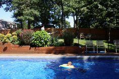 Massif d'arbustes et vivaces près de la piscine