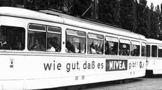 Beliebte Werbefläche: Eine Berliner Straßenbahn mit Ziel Spandau im Jahr 1965