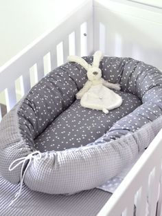 Make your own with fabric: BABYNESTJE - Freubelweb - Look what I found on Freubelweb.nl: A Free Sewing Pattern from My Simply Special to Make a Baby Nes - # The Babys, Baby Design, Baby Ei, Baby Nest Bed, Diy Hanging Shelves, Diy Bebe, Baby Sewing Projects, Crochet Bebe, Diy Home Decor Projects
