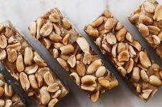 Domácí tyčinky Snickers (téměř raw)   Děvče u plotny Almond, Food, Essen, Almond Joy, Meals, Yemek, Almonds, Eten