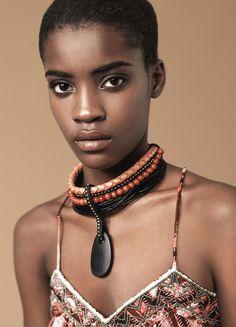 Kongola: Collar de auténtica tradición Himba creado por un conjunto de cordones de cuero en tonos tierra, turquesa, strass y un medallón de madera.