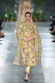 Rahul Mishra ICW 2018 collection was one of the best shows in couture week. Check out gorgeous bridal lehengas and outfits for the whole family in this post Indian Attire, Indian Wear, Indian Suits, Ethnic Outfits, Trendy Outfits, Pakistani Dresses, Indian Dresses, Embroidery Suits Design, Indian Designer Suits