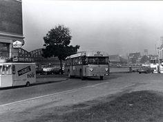 Rotterdam Noordereiland - De bus rijdt aan de oostzijde van het Noordereiland. Hij draait vanaf de Maaskade rechtsaf de Prins Alexanderstraat in. De fotograaf staat op het veld dat in de meidagen van 1940 ontstond toen een heel blok woningen door Nederlandse artillerie in brand werd geschoten.        .1964