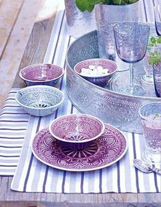 Marrakech in the kitchen. Exotic glasswear and dishes in shades of iris and blue-grey. Moroccan Design, Moroccan Decor, Moroccan Style, Decoration Table, Dinnerware, Kitchen Decor, Sweet Home, Table Settings, Pottery