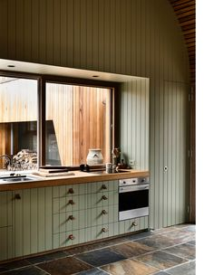 A Rugged Coastal Home By Kennedy Nolan (The Design Files) Timber Battens, Timber Panelling, Green Kitchen Designs, Kitchen Ideas, Kennedy Nolan, Interior Desing, The Design Files, Australian Homes, Indoor Outdoor Living