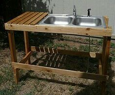 pallet + found sink over gravel wash Kitchen Shower, Mud Kitchen, Kitchen Sets, Rustic Potting Benches, Potting Bench With Sink, Pallet Home Decor, Pallet Furniture, Garage Sink, Vintage Cafe