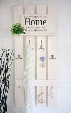 Shabby-Garderobe HOME von Galerie-Artcat via dawan - Garderobe Modern Shabby Look, Shabby Chic, Decorating Your Home, Diy Home Decor, Palette Deco, Diy Design, Interior Design, Wooden Pallets, Pallet Furniture