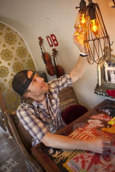 Dierks Bentley's Airstream Trailer, Dierks begins checking out all of the design featrures the Junk Gypsies have incorporated.   He especial...