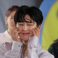 Ih imut banget yakin jadi gemes rasanya Yg Ikon, Chanwoo Ikon, Kim Hanbin, Ikon Wallpaper, Boy Idols, Dont Forget To Smile, Yg Entertainment, Record Producer, Queen