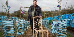 En Grande-Bretagne, des chaises 100% naturelles poussent dans un champ. C'est la surprenante idée du designer anglais Gavin Munro. Actuellement, il fait pousser 400 tables et chaises à l'air libre. La première récolte est prévue pour l'année prochaine et le mobilier sera vendu en 2017.