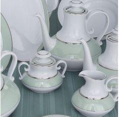 Juego de té en porcelana de 12 servicios y 27 piezas compuesto por: 12 tazas con 12 platos de té, 1 tetera, 1 lechera y 1 azucarero. Santa Clara se funda en 1922 en Pontevedra y en la actualidad es una de las pocas fábricas españolas especializada en porcelana de primera calidad.