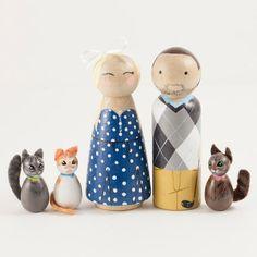 Diese personalisierte Peg Puppen sind das perfekte Geschenk für jeden Anlass. Ob Sie ein Jubiläum feiern, werden ein Geburtstag oder ein Urlaub sie ein Leben lang in Erinnerung bleiben. Jede Familie kommen in einem Shadowbox Frame angezeigt werden. Sie sind auch perfekt für Puppenhäuser und endlose Stunden Kinder spielen. ENTHÄLT: 4 vollständig anpassbare Peg Puppen Größe: 3,5 Zoll - 1 Zoll 5 x 7 weiße Schatten Kastenrahmen Jede Puppe ist von Hand bemalt mit Liebe und viel Liebe zum detail…