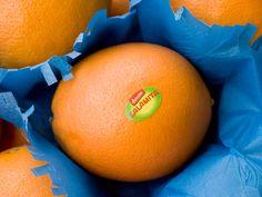Complementair contrast. Blauw en oranje staan tegenover elkaar in de kleurencirkel. Deze worden naast elkaar geplaatst en daardoor versterken ze elkaar werking, oranje lijkt meer oranje bij een donkerblauw papiertje.