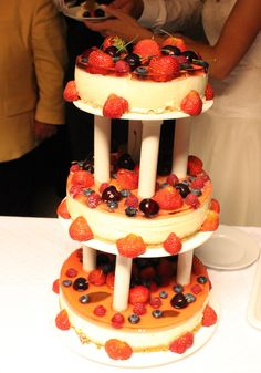 Bryllupskake - ostekake med gelélokk og pynta med bær Wedding Cakes, Birthday Cake, Desserts, Food, Wedding Gown Cakes, Tailgate Desserts, Birthday Cakes, Deserts, Wedding Cake