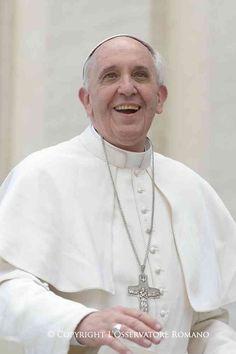 El Papa Francisco, un hombre, un Sacerdote, un Amigo, un Papa. Carismatico y Sencillo. La Iglesia, con todos nosotros nos sentimos bendecidos por su presencia en la Tierra
