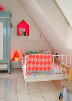 fluo in white kids room
